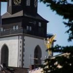 Kirchenturm hinter Engel